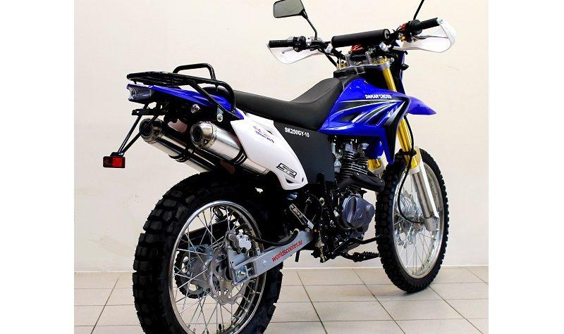 Высокий кроссовый мотоцикл